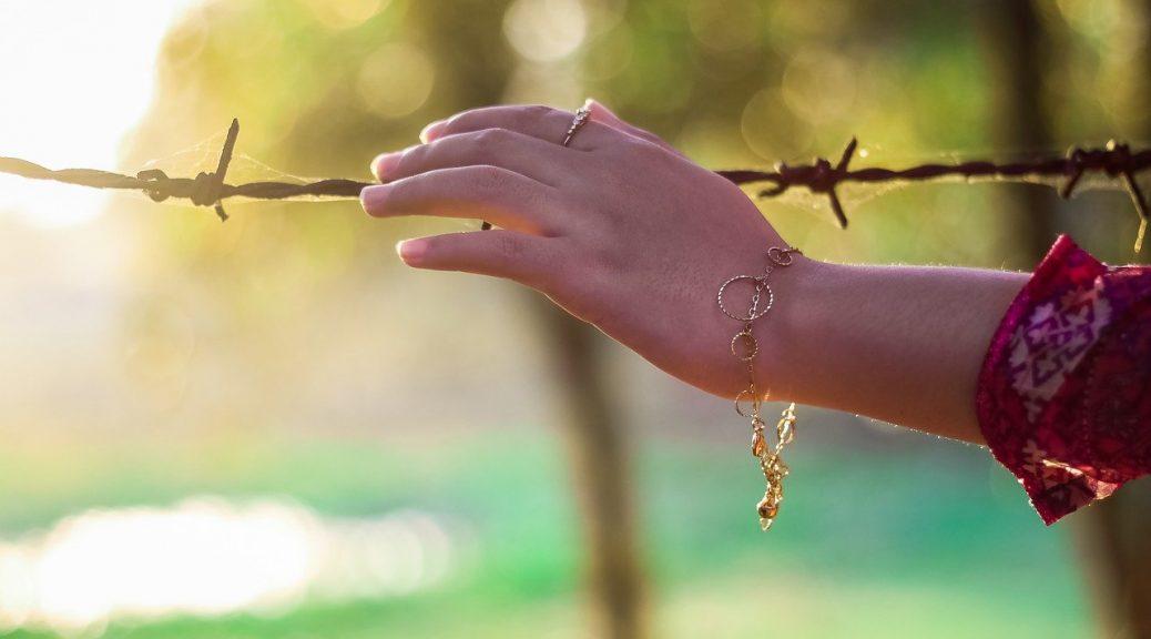 bras d'une femme avec un bracelet au poignet